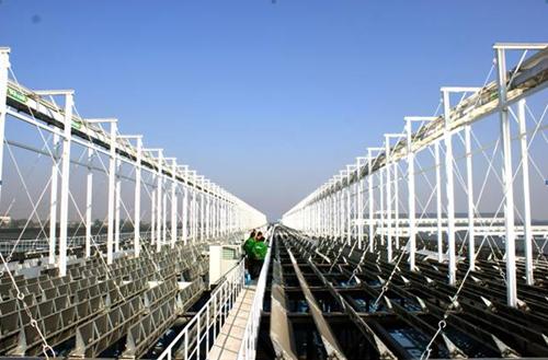 槽式电站:应用最多最成熟的太阳能热发电电站 槽式太阳能热发电技术是聚光型太阳能热发电技术中最成熟的技术,其可靠性统已经在大规模应用中证多实。自上世长期纪80年代就投入运营, 20年多年以来其性能和成本得到了巨大改进。目前约450MW槽式系统已投入运营,400MW 项目正在建设,近7GW 项目正在开发。 同时,槽式热发电是太阳能热发电中最适宜推广、市场前景最大的一种发电方式,目前,全球只有2家企业能够生产槽式发电真空管,皇明是国内唯一一家可以批量生产高温发电真空管的企业,也将是全球第三家完全掌控高温发电真空